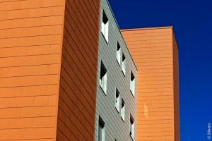diese Fassadenfarbe von Sikkens ist mit vorbeugendem Filmschutz gegen Algen- und Pilzbefall ausgerüstet. Bei diesem mit Faserzementplatten verkleidenden Wohnblock aus den 60er Jahren, genau der richtige Wahl.